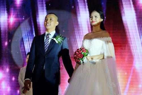 Điều ngọt ngào Chí Anh dành tặng cô vợ hot girl trong đám cưới - Ảnh 1