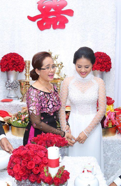 """Vân Trang ngọt ngào """"khóa môi"""" chú rể trong lễ đính hôn - Ảnh 4"""