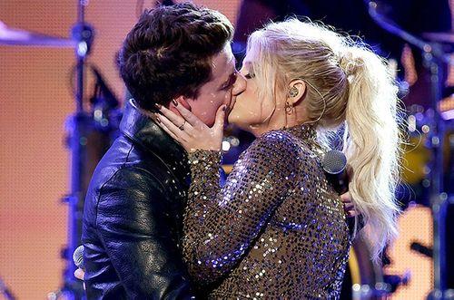 """Selena Gomez già chát, ca sĩ """"See You Again"""" hôn bạn diễn trên sân khấu - Ảnh 4"""