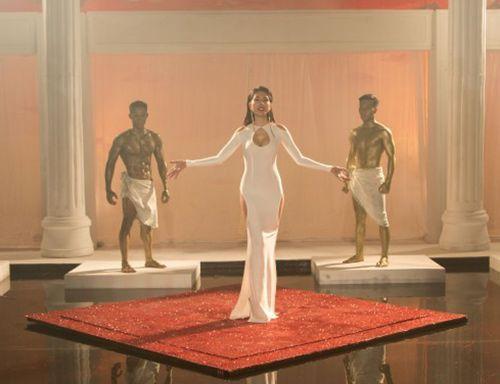 Phát hoảng với trang phục táo bạo của Thủy Tiên trong MV mới - Ảnh 2