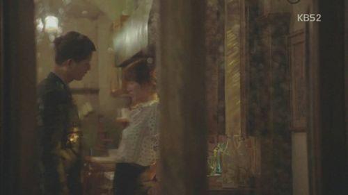 """""""Hậu duệ của Mặt Trời"""" tập 5: Ngất ngây với 2 nụ hôn của cặp đôi họ Song - Ảnh 5"""