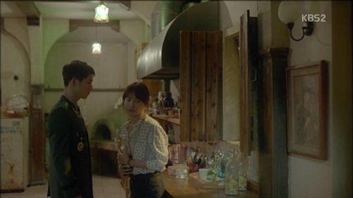 """""""Hậu duệ của Mặt Trời"""" tập 5: Ngất ngây với 2 nụ hôn của cặp đôi họ Song - Ảnh 6"""