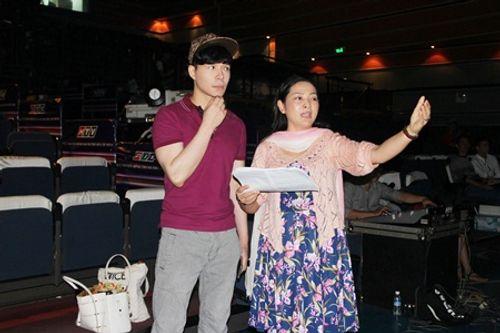 MC Quỳnh Hương quấn quýt bên trai đẹp Nathan Lee trước giờ G - Ảnh 5