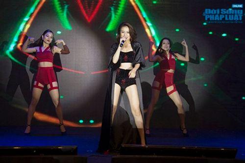 """Hoàng Thùy Linh tái xuất gợi cảm """"hết cỡ"""" trên sân khấu - Ảnh 3"""