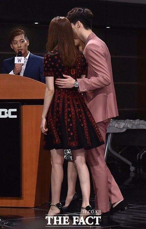 """Lee Jong Suk - Han Hyo Joo """"tình bể bình"""" trong họp báo """"Hai thế giới"""" - Ảnh 6"""