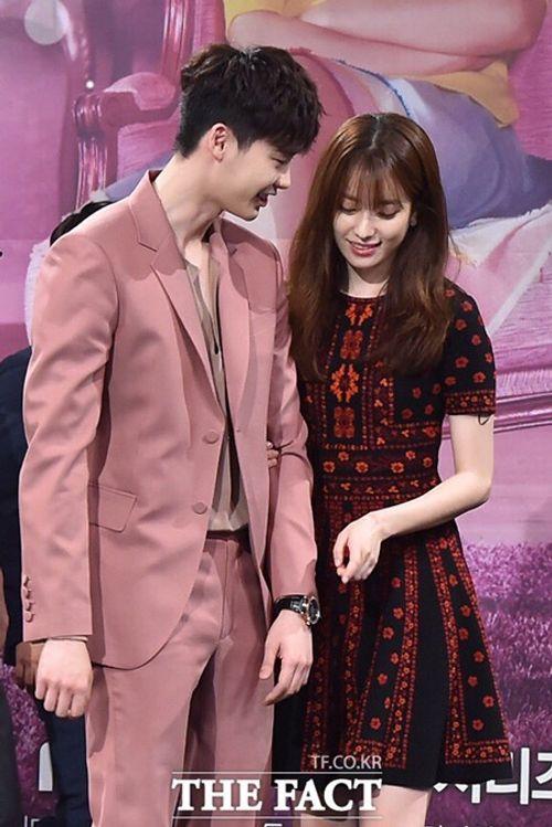 """Lee Jong Suk - Han Hyo Joo """"tình bể bình"""" trong họp báo """"Hai thế giới"""" - Ảnh 4"""