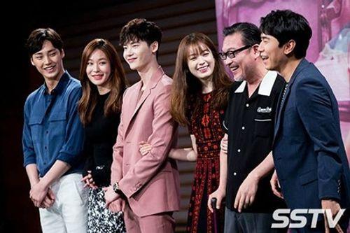 """Lee Jong Suk - Han Hyo Joo """"tình bể bình"""" trong họp báo """"Hai thế giới"""" - Ảnh 7"""