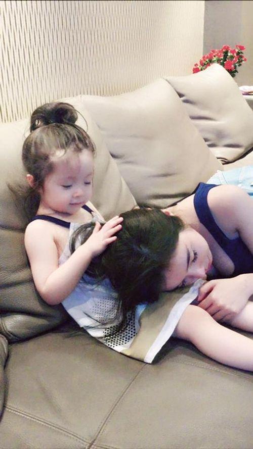 """""""Rụng tim"""" với hình ảnh Cadie dỗ mẹ Elly Trần đi ngủ - Ảnh 3"""