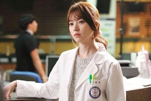 """""""W - Hai thế giới"""" tập 1: Lee Jong Suk đưa tay kéo Han Hyo Joo vào truyện tranh - Ảnh 1"""