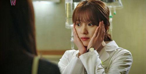 """""""W - Hai thế giới"""" tập 2: Han Hyo Joo bất ngờ tát rồi hôn Lee Jong Suk - Ảnh 6"""
