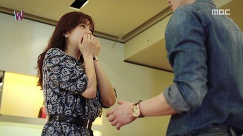 """""""W - Hai thế giới"""" tập 2: Han Hyo Joo bất ngờ tát rồi hôn Lee Jong Suk - Ảnh 9"""