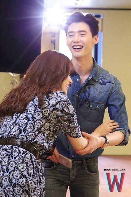 Lee Jong Suk tiết lộ điểm gợi cảm nhất của Han Hyo Joo - Ảnh 2