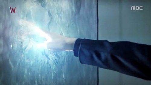 """""""W - Hai thế giới"""" tập 4: Lee Jong Suk bước ra khỏi truyện tranh - Ảnh 9"""