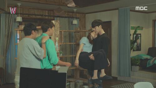 """""""Hai thế giới"""" tập 12: Lee Jong Suk lật ngược thế cờ - Ảnh 2"""