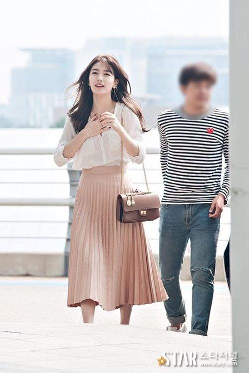 Suzy chụp hình cùng tượng sáp giống nhau như hai giọt nước - Ảnh 9
