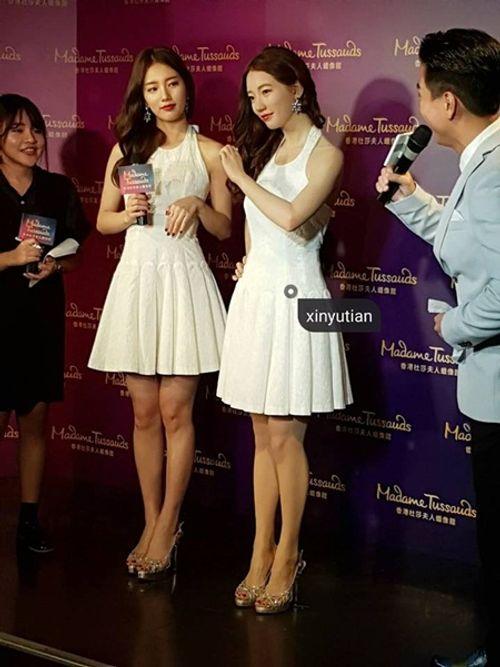 Suzy chụp hình cùng tượng sáp giống nhau như hai giọt nước - Ảnh 4