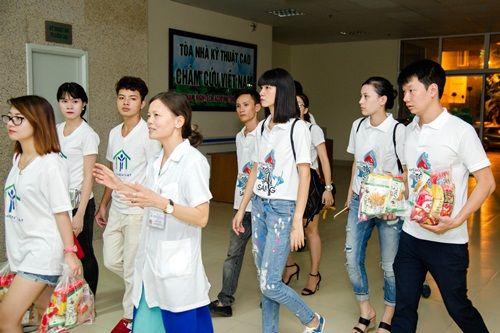 Hạ Vy mang niềm vui Trung thu đến với trẻ em bại não bệnh viện Châm cứu TƯ - Ảnh 1