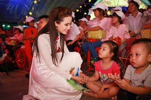 Phan Thị Mơ diện áo dài vui trung thu cùng các em nhỏ tại phố đi bộ - Ảnh 7