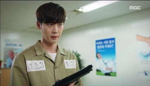 """""""Hai thế giới"""" tập 15: Bị tuyên án tử, Lee Jong Suk tẩu thoát ngoạn mục - Ảnh 4"""