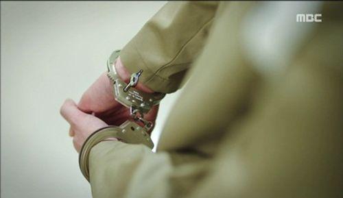 """""""Hai thế giới"""" tập 15: Bị tuyên án tử, Lee Jong Suk tẩu thoát ngoạn mục - Ảnh 3"""