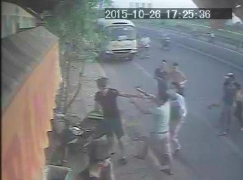 5 nam thanh niên đánh người phụ nữ bán bánh mỳ: Vì ồn ào bị nhắc nhở - Ảnh 1