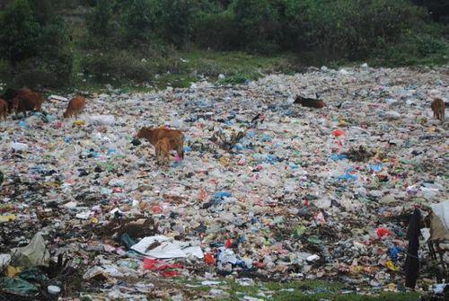 """Nghệ An: Dân vùng cao sống chung với rác vì...dự án """"chây ì"""" - Ảnh 1"""