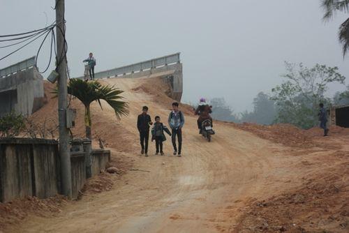 Nghệ An: Dân chật vật qua cầu tiền tỷ dở dang - Ảnh 5