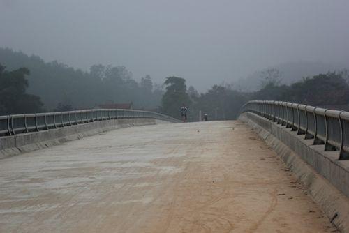 Nghệ An: Dân chật vật qua cầu tiền tỷ dở dang - Ảnh 2
