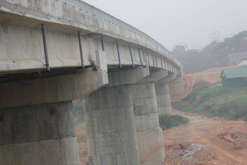 Nghệ An: Dân chật vật qua cầu tiền tỷ dở dang - Ảnh 1
