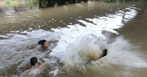Nghệ An: Huy động gần 100 người tìm kiếm thi thể 3 học sinh đuối nước - Ảnh 1