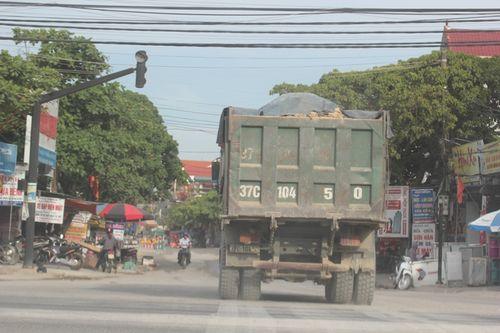 Dân kêu khổ vì xe phục vụ dự án quốc lộ mới phá nát quốc lộ cũ - Ảnh 8