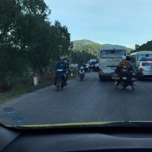 Đinh rơi 4km dọc quốc lộ, hàng loạt lốp xe bị găm như nhím - Ảnh 4