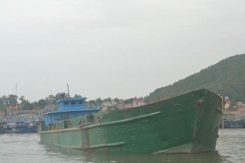 Tạm giữ và điều tra một tàu lạ đổ chất thải ra biển - Ảnh 1