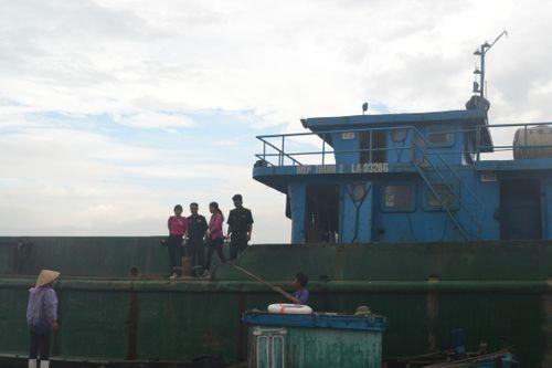 Tạm giữ và điều tra một tàu lạ đổ chất thải ra biển - Ảnh 2
