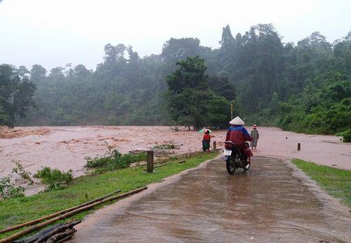 Nhiều tuyến đường tại miền Trung bị sạt lở, chia cắt sau bão số 4 - Ảnh 3