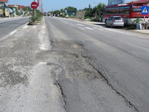 Quốc lộ 1A xuất hiện ổ gà, sống trâu tiềm ẩn nhiều nguy cơ tai nạn - Ảnh 5