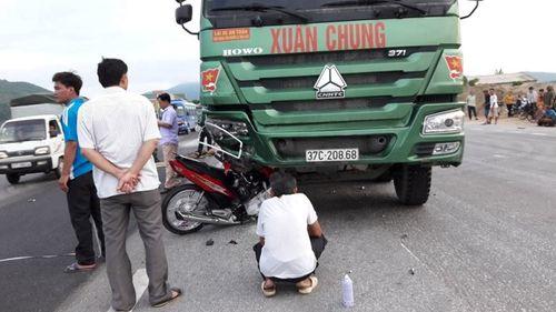 Xe máy bẹp rúm sau khi đấu đầu xe tải, 1 người tử vong - Ảnh 1