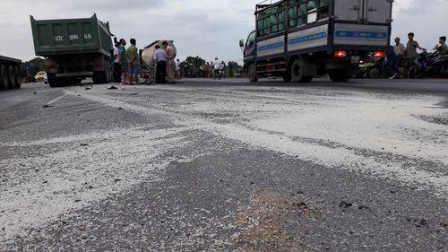 Xe máy bẹp rúm sau khi đấu đầu xe tải, 1 người tử vong - Ảnh 2