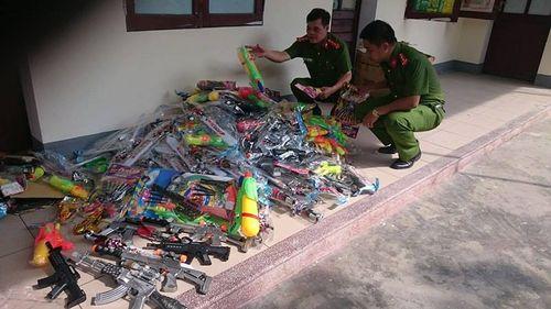 Hàng loạt đồ chơi bạo lực của trẻ em bị phát hiện và thu giữ - Ảnh 1