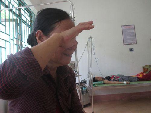 Rớm nước mắt cảnh hai em nhỏ chăm mẹ ung thư trong bệnh viện - Ảnh 2