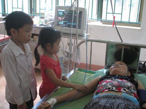 Rớm nước mắt cảnh hai em nhỏ chăm mẹ ung thư trong bệnh viện - Ảnh 1