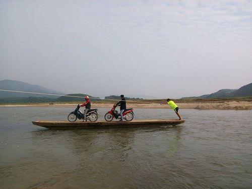Chênh vênh những chuyến đò gỗ bám dây đu qua sông  - Ảnh 1