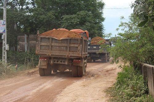 Dân kêu dự án thủy lợi Ngàn Trươi-Cẩm Trang gây hại đường sá - Ảnh 1