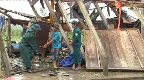 Lốc xoáy khiến 7 người bị thương, hơn 150 ngôi nhà bị tốc mái - Ảnh 1