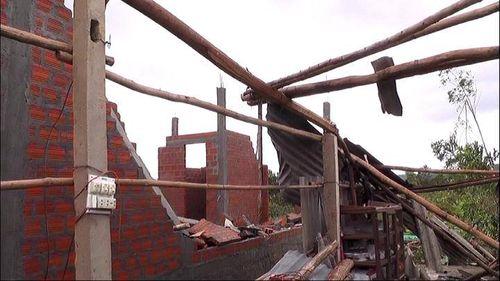 Lốc xoáy khiến 7 người bị thương, hơn 150 ngôi nhà bị tốc mái - Ảnh 8