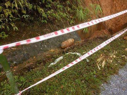 Phát hiện bom còn nguyên kíp nổ cạnh quốc lộ sau cơn bão số 4 - Ảnh 1