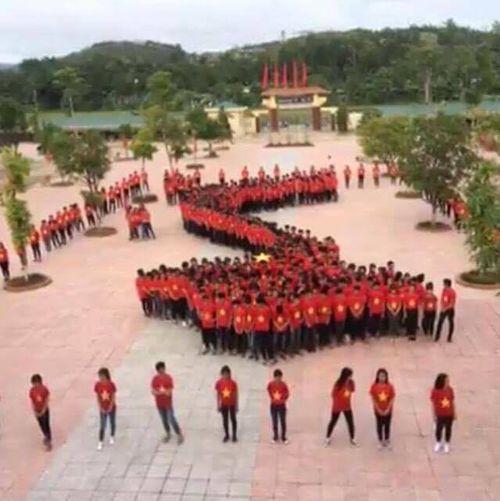 Hàng trăm học sinh mặc áo cờ đỏ sao vàng xếp hình bản đồ Việt Nam  - Ảnh 2