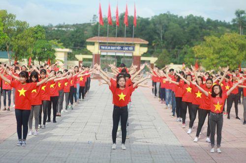 Hàng trăm học sinh mặc áo cờ đỏ sao vàng xếp hình bản đồ Việt Nam  - Ảnh 3