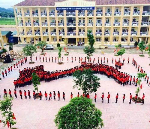 Hàng trăm học sinh mặc áo cờ đỏ sao vàng xếp hình bản đồ Việt Nam  - Ảnh 1