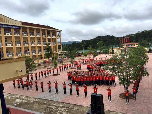 Hàng trăm học sinh mặc áo cờ đỏ sao vàng xếp hình bản đồ Việt Nam  - Ảnh 5